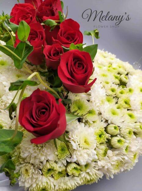 acercamiento de arreglo floral para pesame en forma de corazon