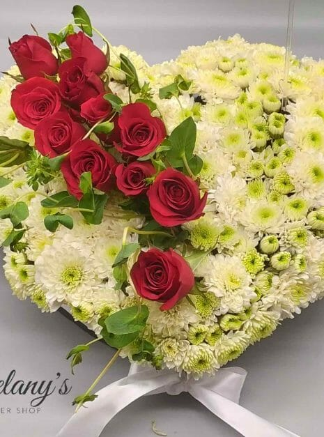 arreglo floral en forma de corazon para pesame - blanco con rosas - melany flower shop