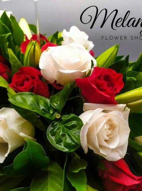 palma funebre en colores rojo y blanco - melany's flower shop