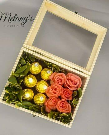 Arreglo floral de rosas box of joy Melany Flower Shop
