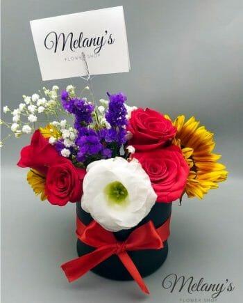 arreglo floral pequeño con rosas y complementos de estacion